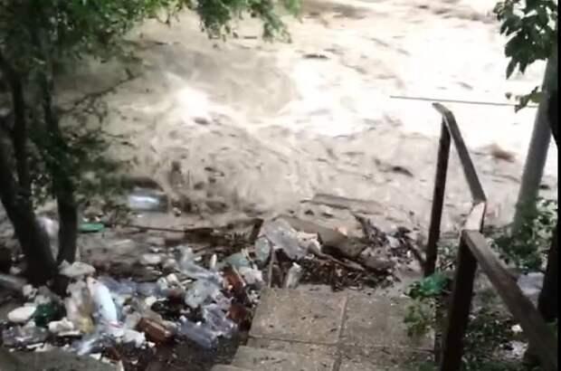 В Ялте река вышла из берегов и снесла мост