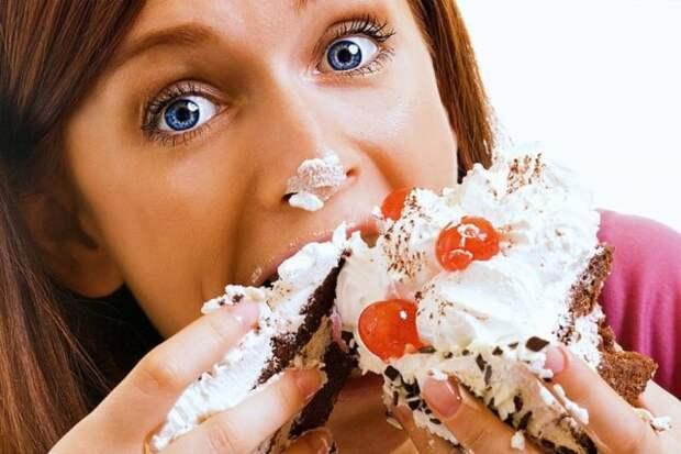 девушка ест торт
