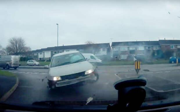 Стремительный перекресток: бывает, что и машины летают