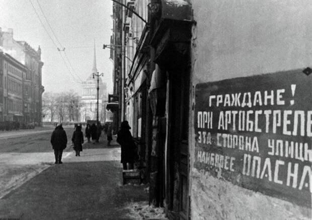 Пройти по блокадному Ленинграду: энтузиасты сделали уникальный спектакль-прогулку