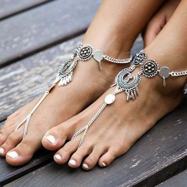 Модные браслеты на ногу 2021: тренды, новинки