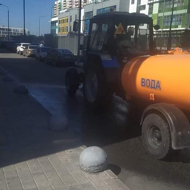 Коммунальщики в Северном в жару усиленно поливают улицы и дворы