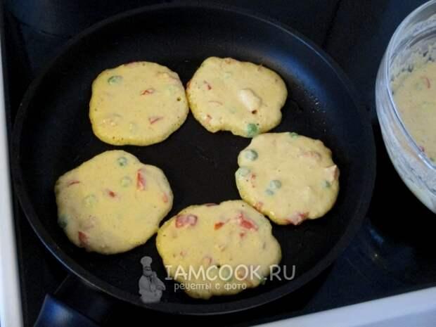 Выложить ложкой на сковороду тесто