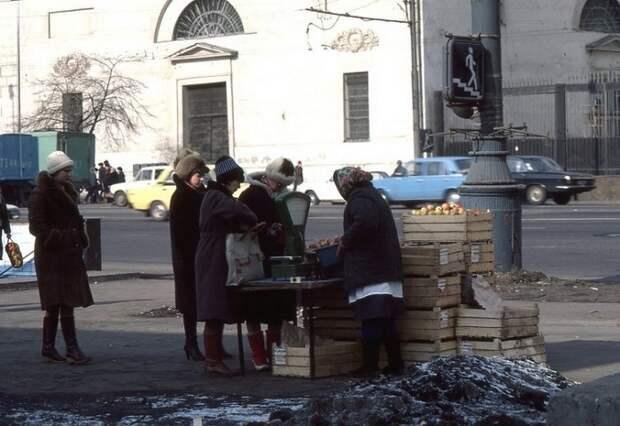 Торговля фруктами на Садовом кольце в районе Парка Культуры.
