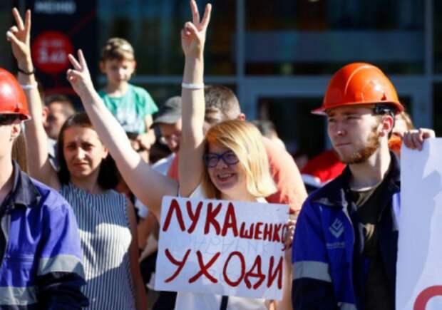 Люди на акции протеста у Минского завода колесных тягачей, Белоруссия, 17 августа 2020 года. REUTERS/Vasily Fedosenko