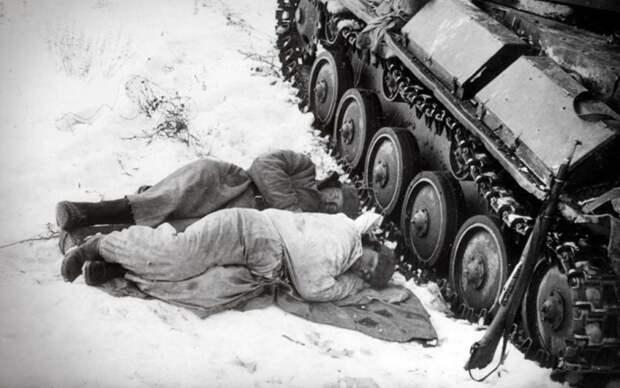 Землю под танком и вокруг грели кострами.  Фото: ursa-tm.ru.