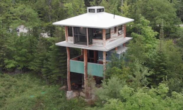 Мужчина несколько лет собирал бревна и строительный мусор, а потом построил из них дом в лесу. Очень скоро дом заметили архитекторы, а друзья захотели такие же