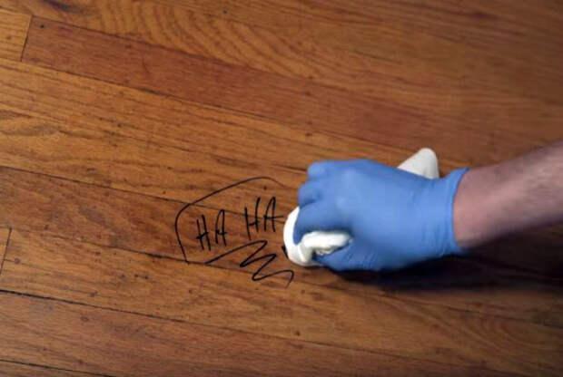 Следы маркеров на деревянном полу.