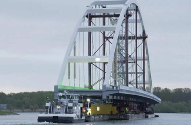 В Роттердаме перевезли 200-метровый мост