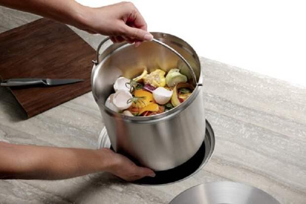Удачное и интересное решение для хранения ведра на кухне.