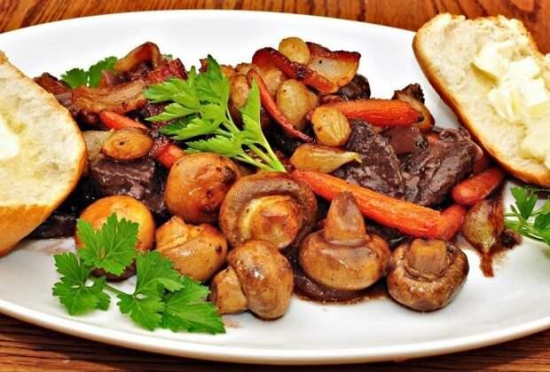 Мясное жаркое с грибами