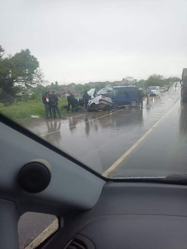 Легковушка всмятку: Под Симферополем столкнулись два автомобиля
