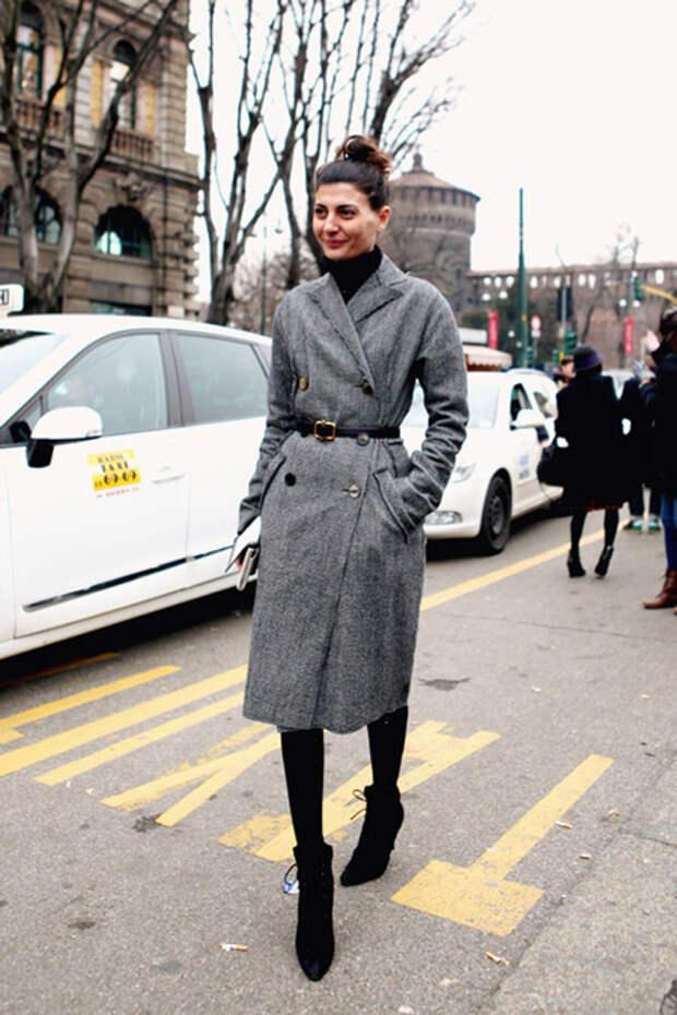 Девушка в пальто с ремнем
