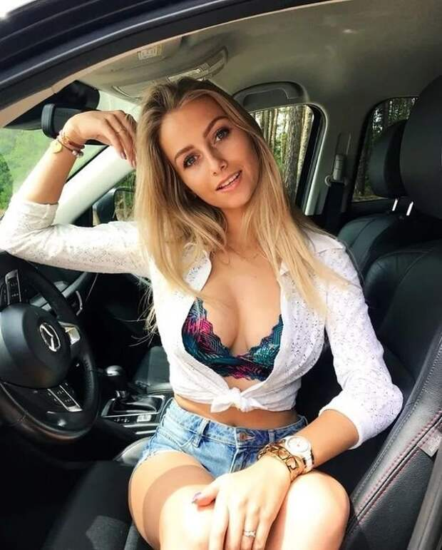 Красивые девушки, которые любят фотографироваться в машинах