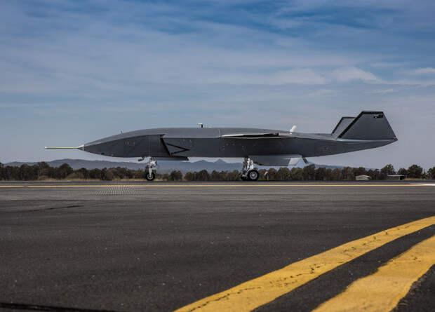 Беспилотный ведомый Boeing совершил первые пробежки по аэродрому