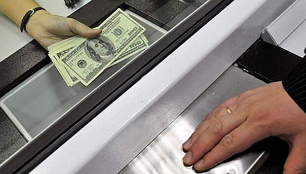 Украинские гастарбайтеры окончательно потеряли право переводить деньги из России на родину