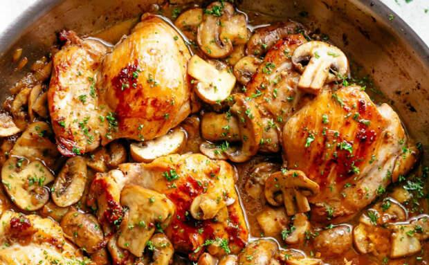 Жарим на сковороде грибы до сока, а потом подкладываем под них курицу
