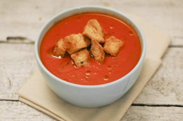 Пикантный томатный суп с хрустящими сухариками. \ Фото: pinterest.co.kr.