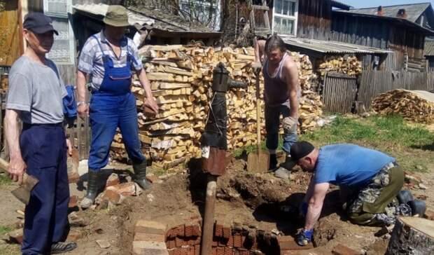 В Удмуртии жители Балезино сами отремонтировали колонку, не дождавшись коммунальщиков