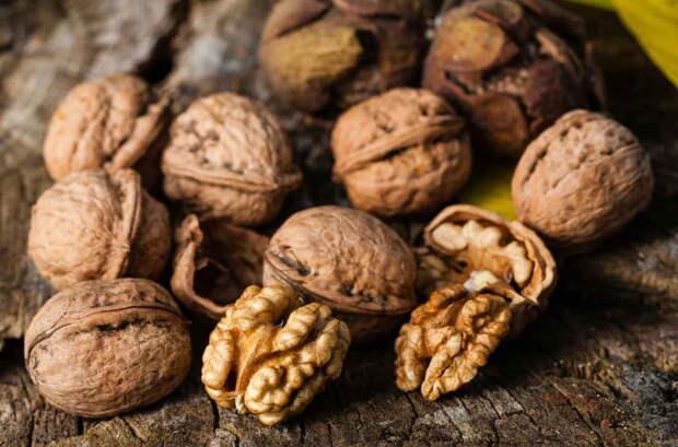 Вкусная смесь с грецким орехом вылечит выпадение волос, ломкость ногтей и бессонницу