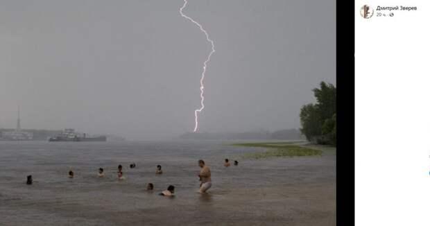 Фото дня: погода не мешает купанию на канале им. Москвы