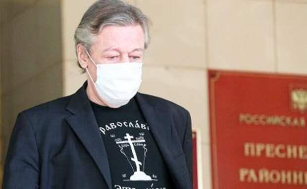 На фото: актер Михаил Ефремов у здания Пресненского суда после рассмотрения дела о ДТП со смертельным исходом