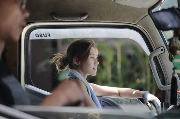 Её зовут Чжу Юпей, работает в Гонконге грузоперевозки, грузчики, женщины грузчики, перевозка, прикол, транспортировка