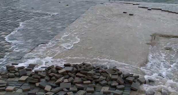 Уложенную недавно плитку на пляже «Хрустальный» смыло в море