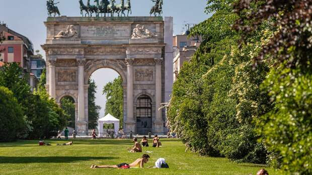 Отдыхающие в одном из парков Милана - РИА Новости, 1920, 07.09.2020