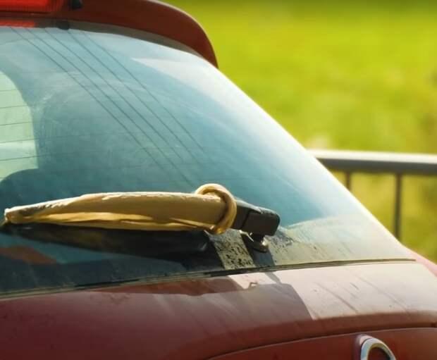 Оригинальный, но действенный прием для очищения стекол на машине. /Фото: youtube.com