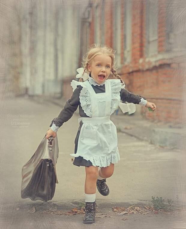 Девочка Алиса пришла в 1-й класс. Тоненькая вся, синеглазая, с бантами. Первую неделю она била мальчиков по одному...