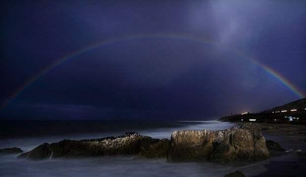 Оказывается, ночью тоже можно увидеть радугу. Вот 7 фото с этим необычным явлением