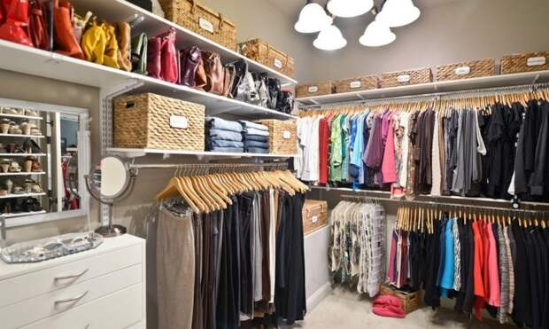 Современная гардеробная комната, которая имеет достаточно вместительную площадь.