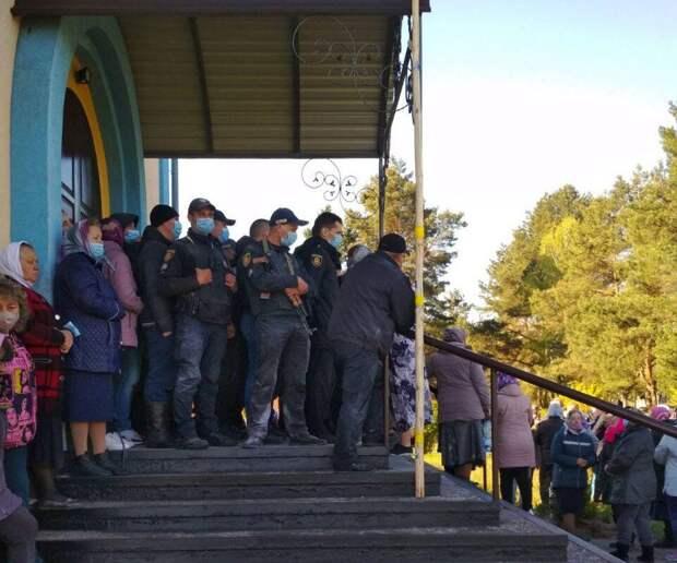Во время захвата храма УПЦ в Ровенской области пострадали десять человек