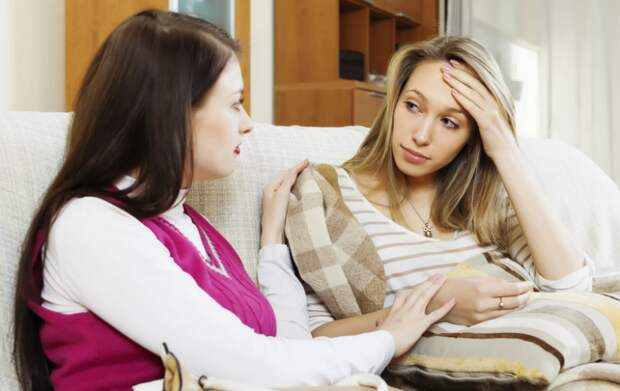 Старшая сестра помогает матери и требует, чтобы вторая сестра тоже участвовала