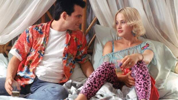 Футболка-сетка и розовый леопард: безумная мода из фильмов 90-х