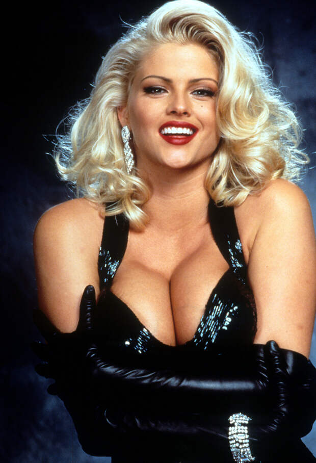 5 громких скандалов с участием секс-символа 90-ых Анны Николь Смит.