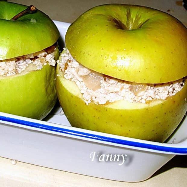 Яблоки, фаршированные индейкой с яблочно-медовым соусом
