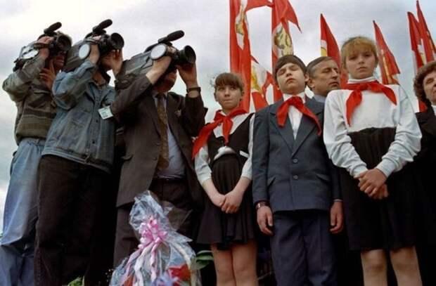 Пионеры во время выступления лидера коммунистов Геннадия Зюганова в центре Красноярка,1996 год СССР, прошлое, фото