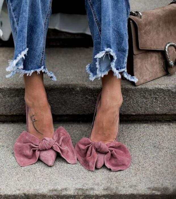 Микро-тренд лета 2020: банты на одежде, обуви и в волосах