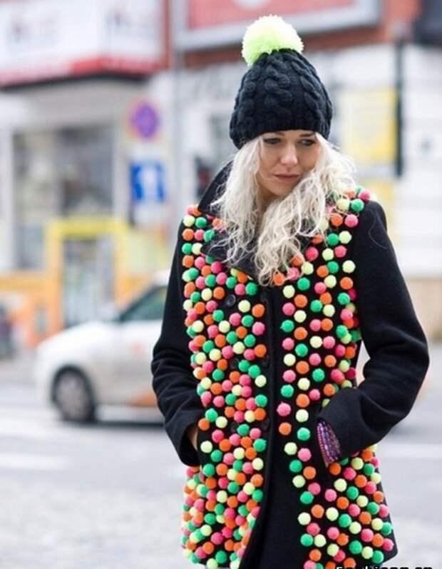 пальто с помпонами