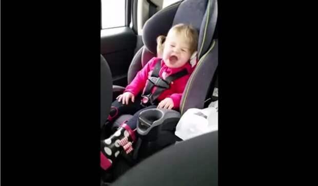 2 летняя девочка подарила отличное настроение своим родителям спев на заднем сиденье машины