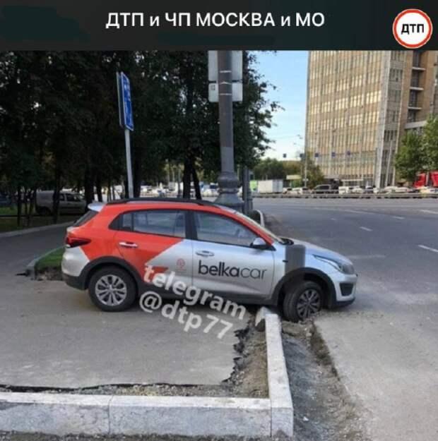Фото дня: на Дмитровском каршеринг не смог преодолеть препятствие