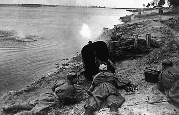 Советские пулеметчики поддерживает огнем переправу через Днепр