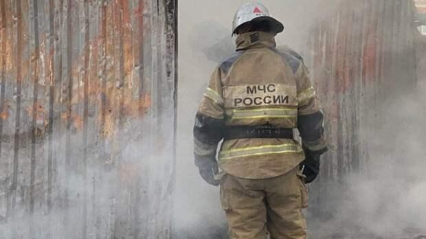 Спасатели обнаружили трупы двух человек на месте пожара в бытовке в Москве