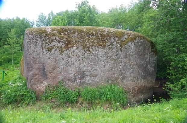 камень у деревни камень