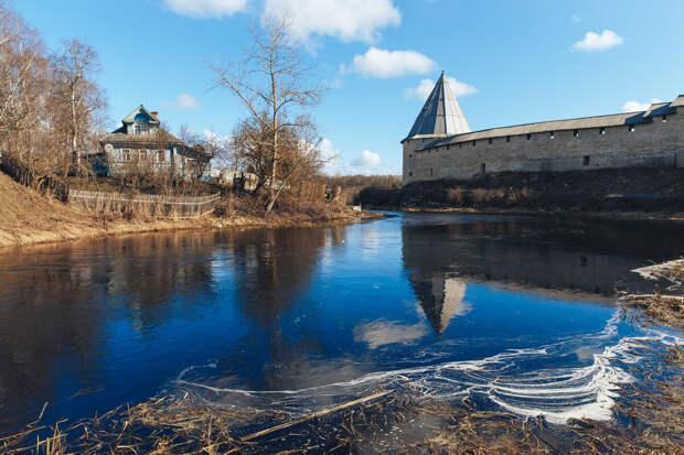Крепость находится на мысу, где впадает речка Ладожка в Волхов. Воды у самых стен в древности создавали дополнительное препятствие для врагов