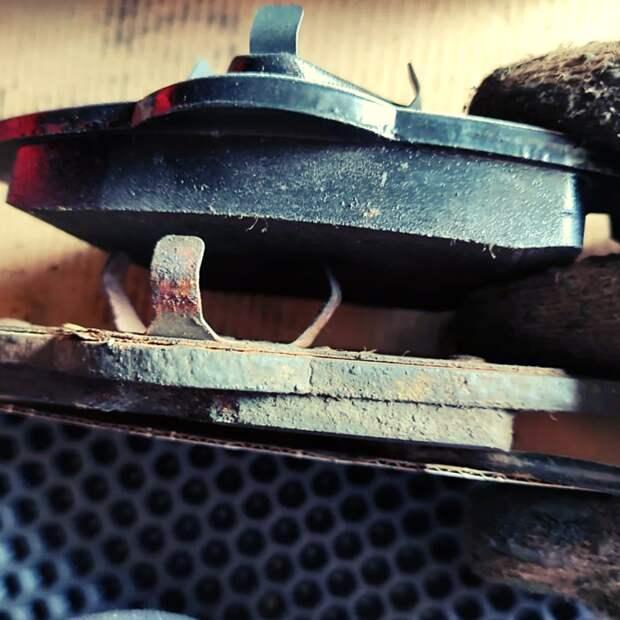 Признаки, которые сигнализируют о том, что нужно менять тормозные диски.
