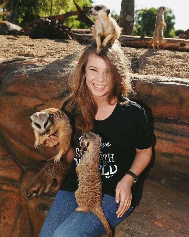 19-летняя Бинди, дочь легендарного охотника за крокодилами Стива Ирвина, определенно унаследовала от отца любовь к диким животным Бинди Ирвин, дикие животные, животные, зоопарк, истории, натуралист, охотник на крокодилов, стив ирвин