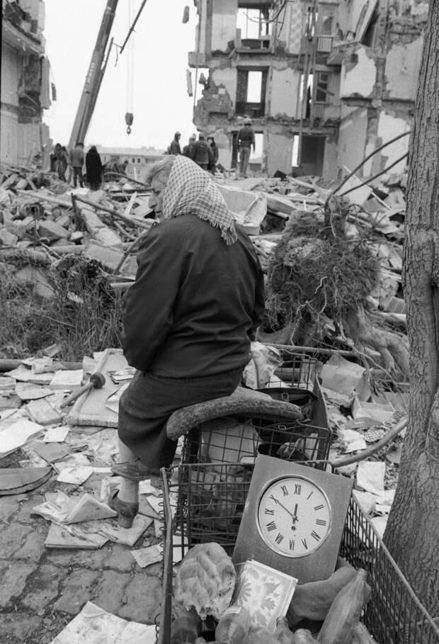 Жительница Спитака на руинах своего дома, разрушенного во время землетрясения.